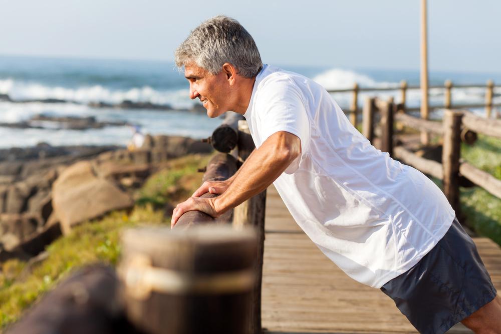 Suplementação de testosterona associada ao aumento da massa muscular, força e desempenho físico em homens de meia-idade e idosos