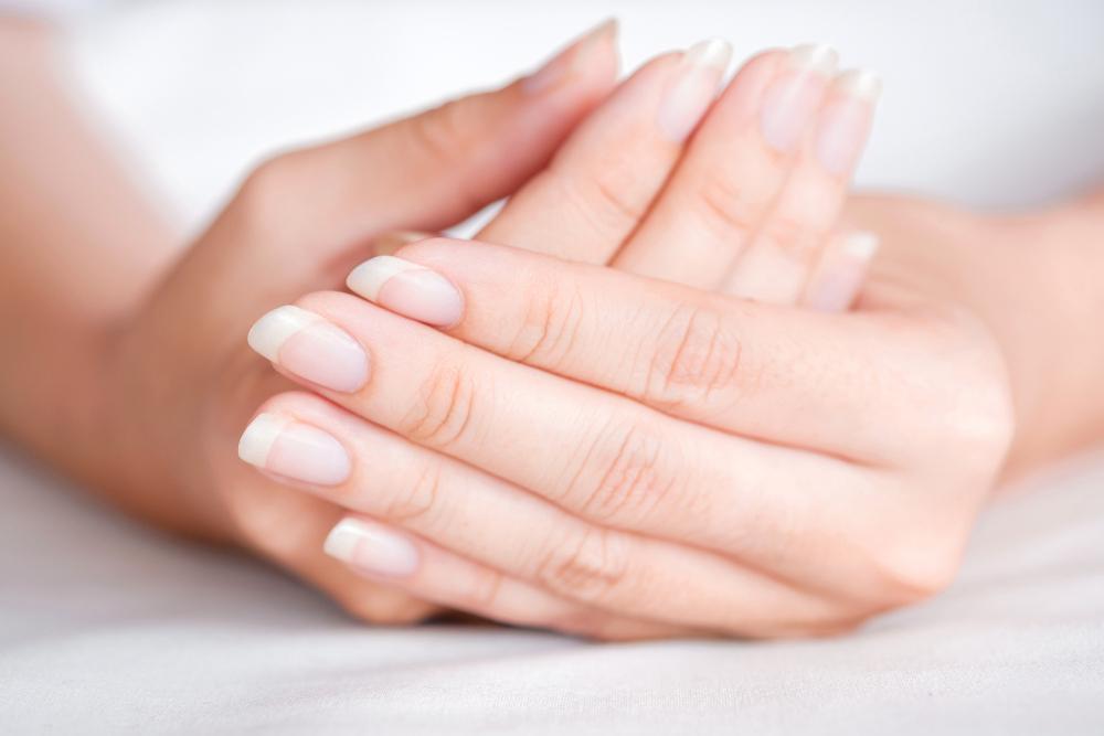 Por que minhas unhas estão descascando? 5 causas comuns + 4 soluções fáceis